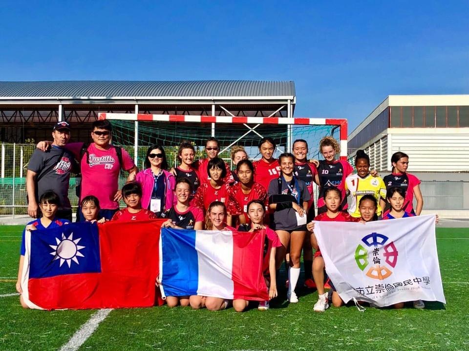 台中之光!崇倫國中女子手球隊勇奪馬亞國際手球分齡賽冠軍。(記者劉秝娟翻攝)