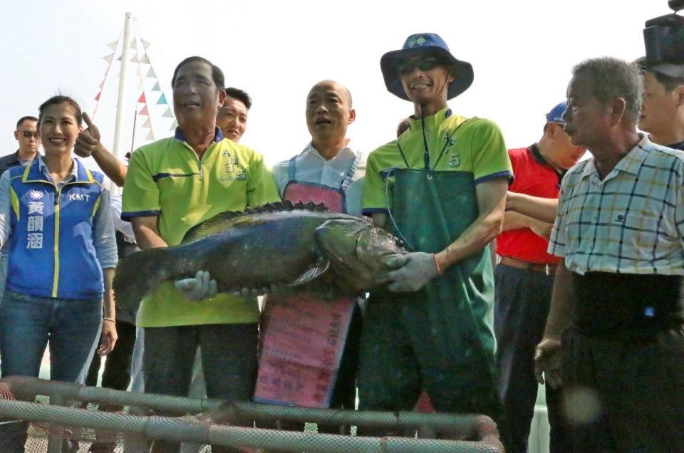 訪視永安地區養殖漁民 韓國瑜:全力拓展外銷市場。(記者張文晃翻攝)