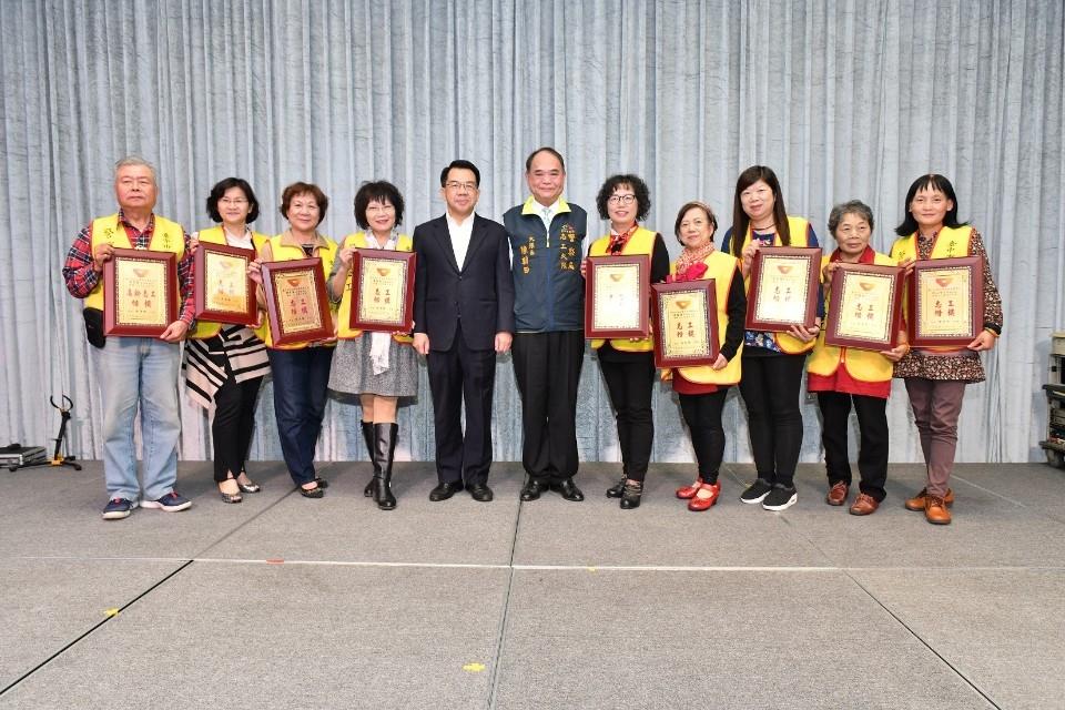 中市警局表揚警察志工楷模 82歲董娘志工成「嬌」點。(特派員林惠貞翻攝)