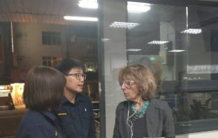 以色列籍女子來臺自駕迷途 員警充當人體導航指引。(記者劉秝娟翻攝)
