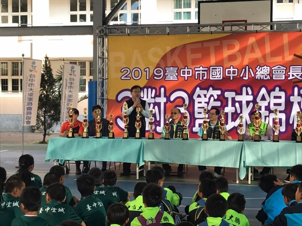 台中國中小400多人「鬥牛賽」 強化學生智力、體力、合作精神。(記者白信東翻攝)