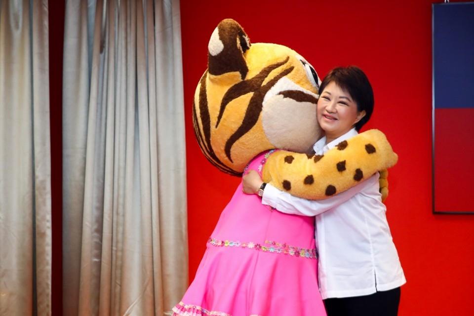 台中城市吉祥物「樂虎」生日快樂! 盧市長贈神秘禮物祝賀。(記者陳信宏翻攝)