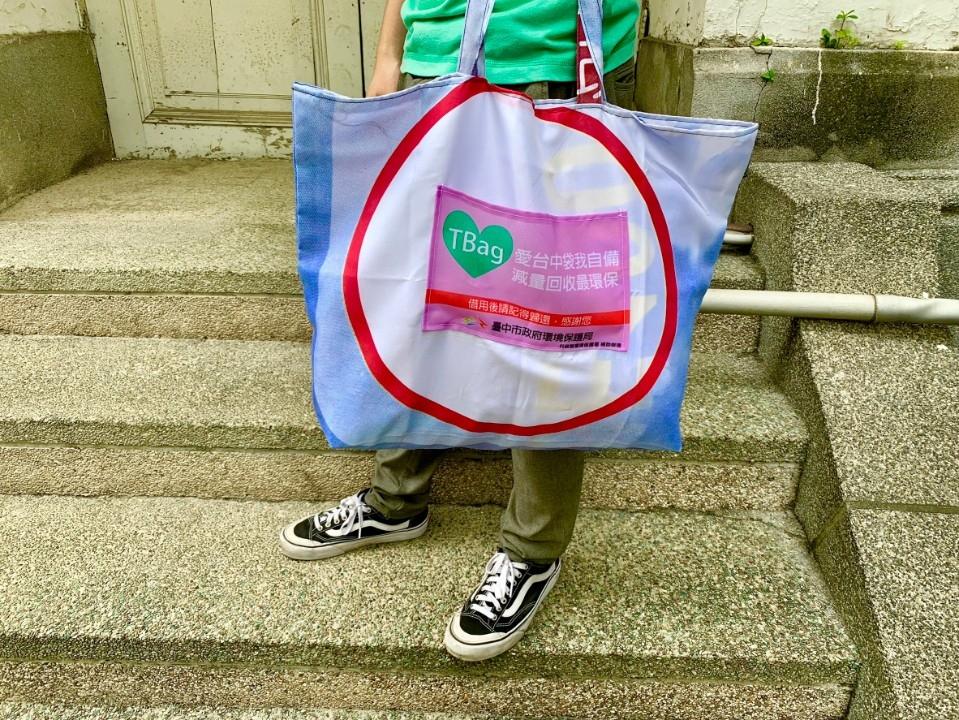 向塑膠汙染說不 中市府邀民眾自備環保餐具賞燈。(記者劉明福翻攝)