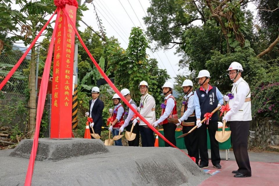 桃源區建國橋改善工程動土 李四川期許如質如期完工。(記者潘嵩仁翻攝)