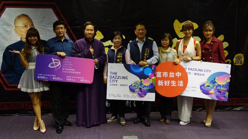 楊瓊瓔副市長、文化局張大春局長及吳兆南相聲劇藝社。(記者林志強翻攝)