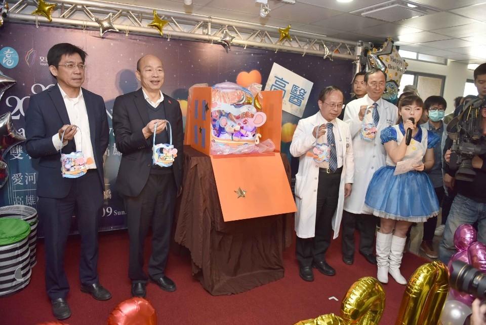 「鼠一鼠二」小提燈亮相!韓國瑜探視病童送驚喜。(記者張文晃翻攝)