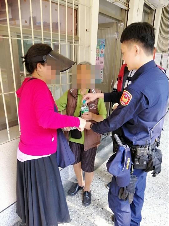 投票日警民合力助老婦 外籍男臉書發文讚台警。(記者潘嵩仁翻攝)
