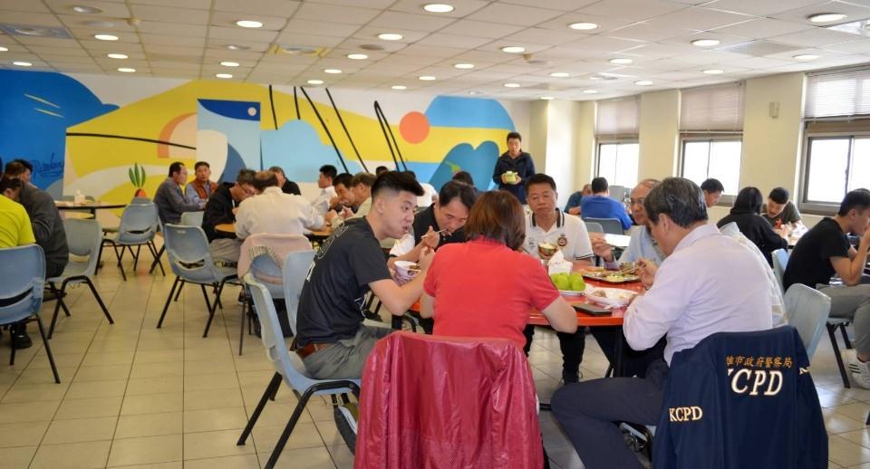 揮灑創意藝繪壁畫 波麗士餐廳大放異彩。(記者張文晃翻攝)