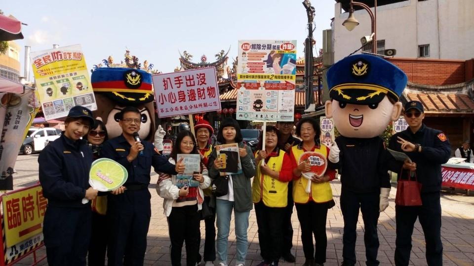 樂成宮前機動派出所樂聲悠揚 可愛警察娃娃搖擺 。(記者陳信宏翻攝)