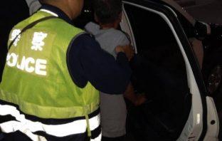 男子餐敘喝掛睡路口 幸遇交整警及時發現攙扶返家。(記者潘嵩仁翻攝)