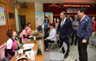 縣府至南崗工業區提供流感疫苗施打及健檢服務。(記者陳金泉翻攝)