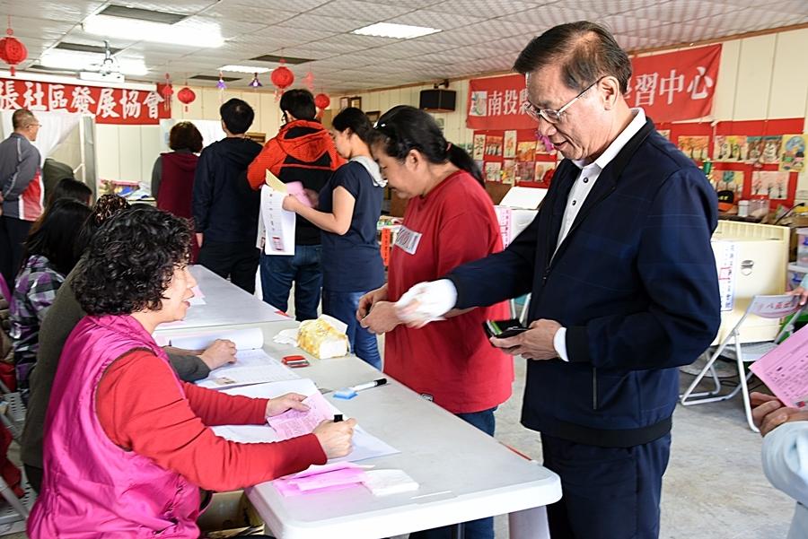 總統及立委選舉 林縣長伉儷投下神聖的一票。(記者張光雄翻攝)