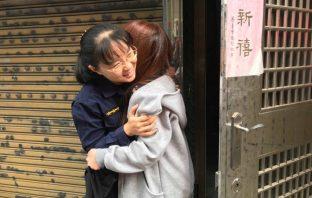 醉女搭車忘住址 女警送返家獲擁抱。(記者潘嵩仁翻攝)