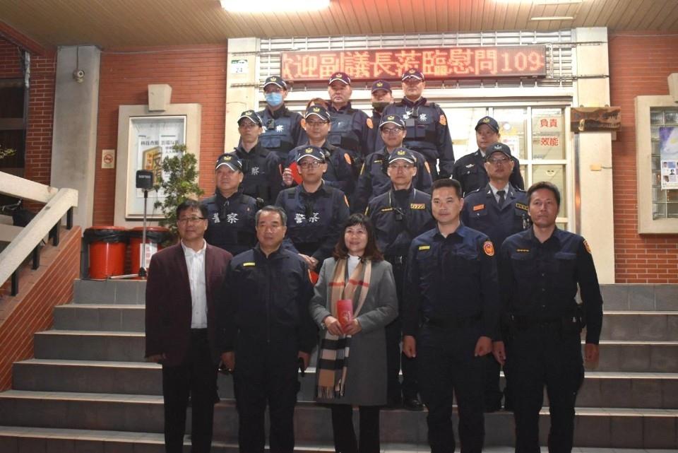 陸副議長淑美蒞臨湖內分局 舉辦「慰問活動」提升士氣 。(記者潘嵩仁翻攝)