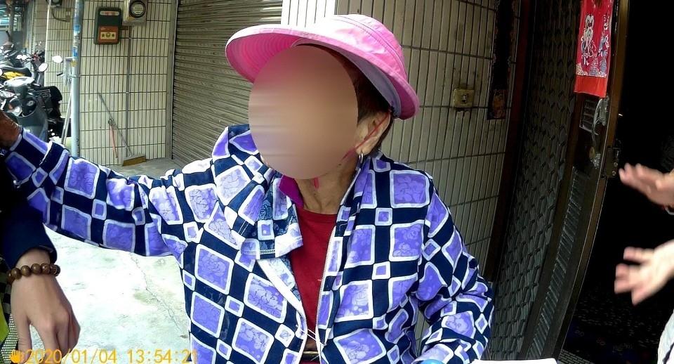 9旬嬤迷途走到國小買豬肉 警民協力助返家。(記者陳信宏翻攝)