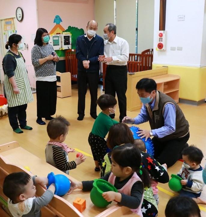與小小市民歡唱兒歌 韓國瑜:持續建置公共托育照顧空間。(記者潘嵩仁翻攝)