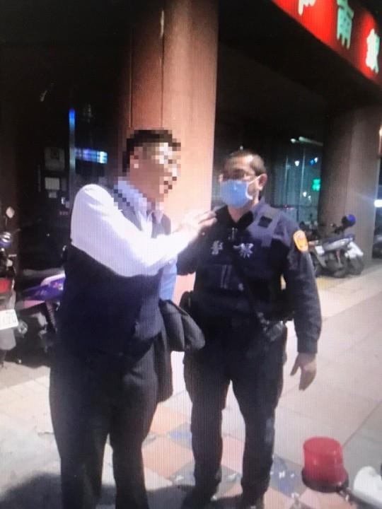 醉漢走路中央 警護安全助返家 。(記者張文晃翻攝)