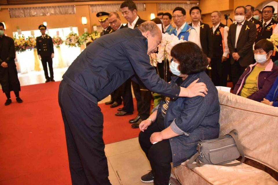 悼念英勇警消執勤殉職 韓國瑜出席追思會慰問致意。(記者張文晃翻攝)
