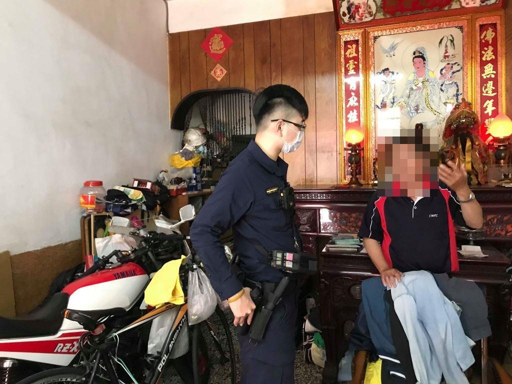 警員洪銘澤與民眾合影。(記者張文晃翻攝)