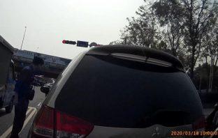 警方協助民眾排除車輛故障並引導至安全處。(記者張文晃翻攝)