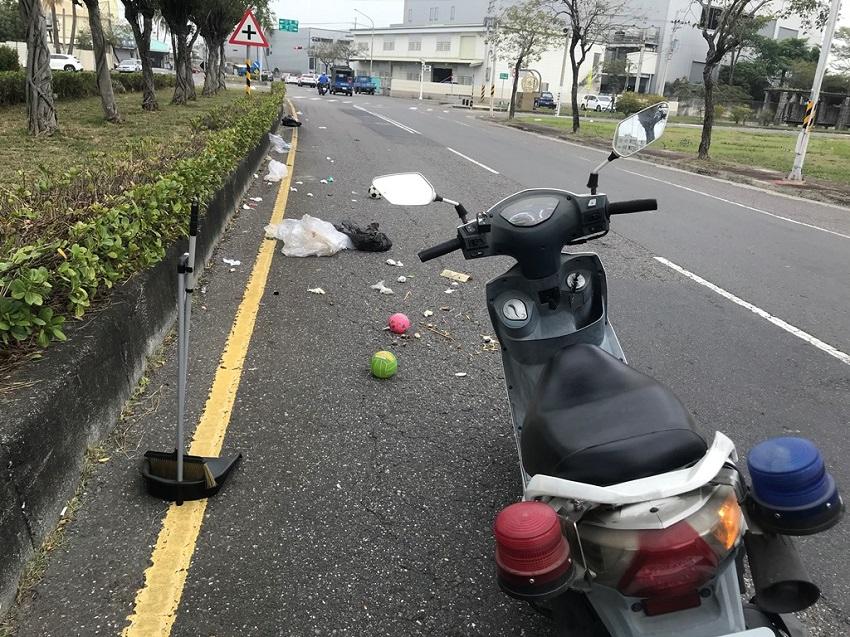 路面驚見大量散落物 警民協力恢復交通 。(記者潘嵩仁翻攝)