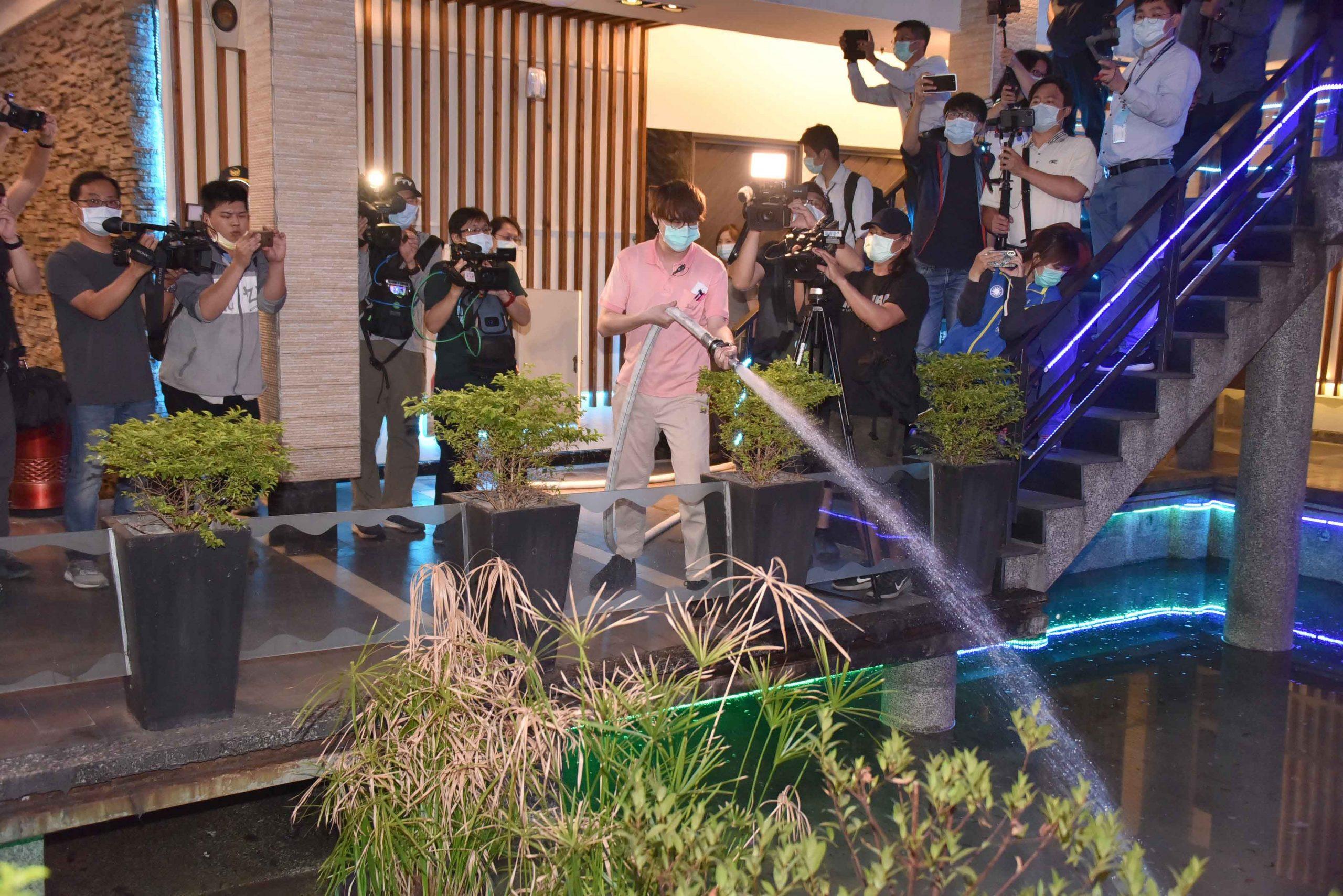 公共安全第一!韓國瑜視察KTV實地消防演練。(記者劉明吉翻攝)