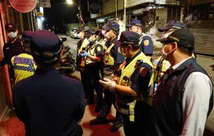 防疫再升級 臺中市第三警分局長親自率隊宣導實名登記及防疫安全距離。(記者劉明福翻攝)