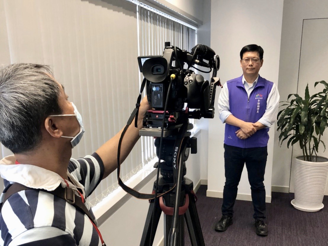 台中市政會議首推全程手語翻譯 神級手譯員領團共推資訊平權。(記者劉明福翻攝)
