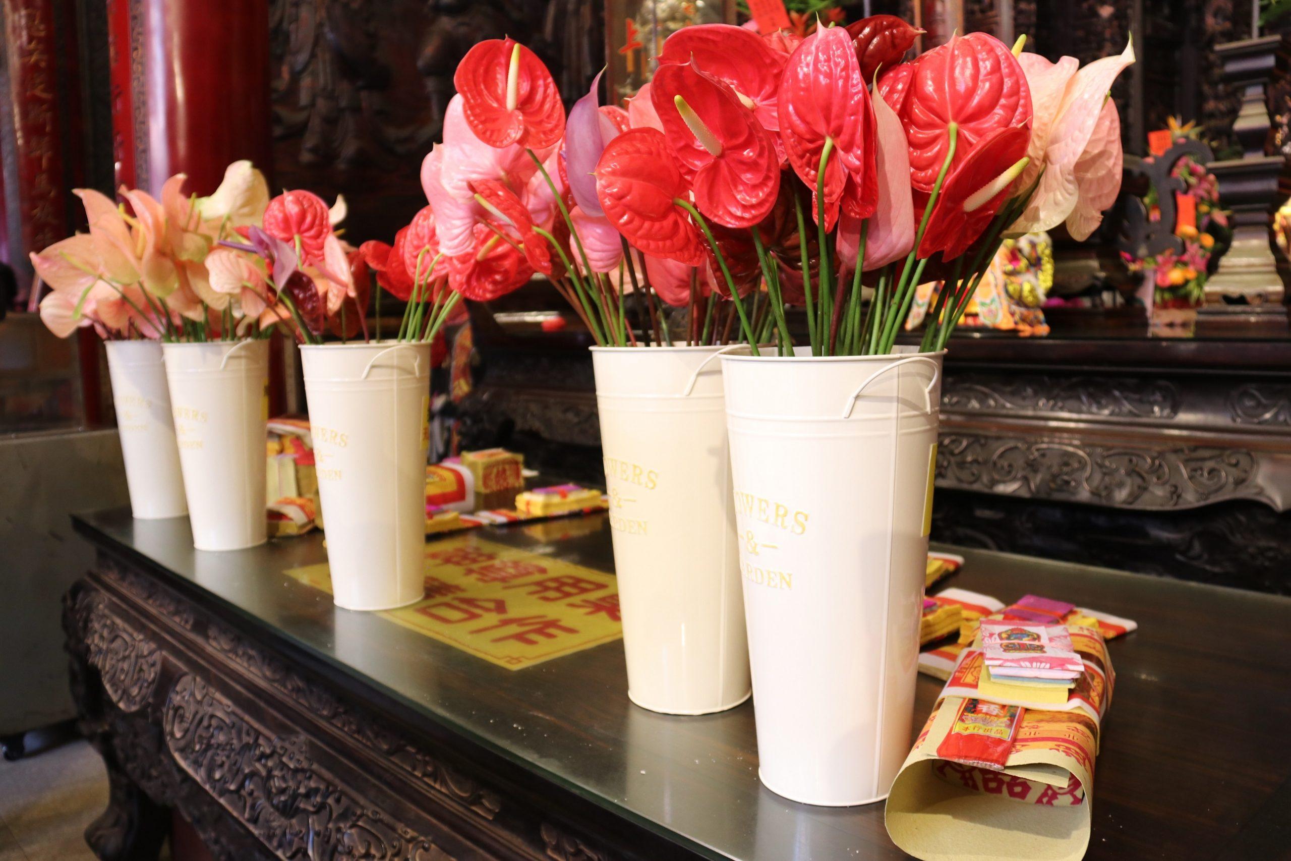 花香祈福-廟宇用花敬拜神明。(記者張光雄翻攝)