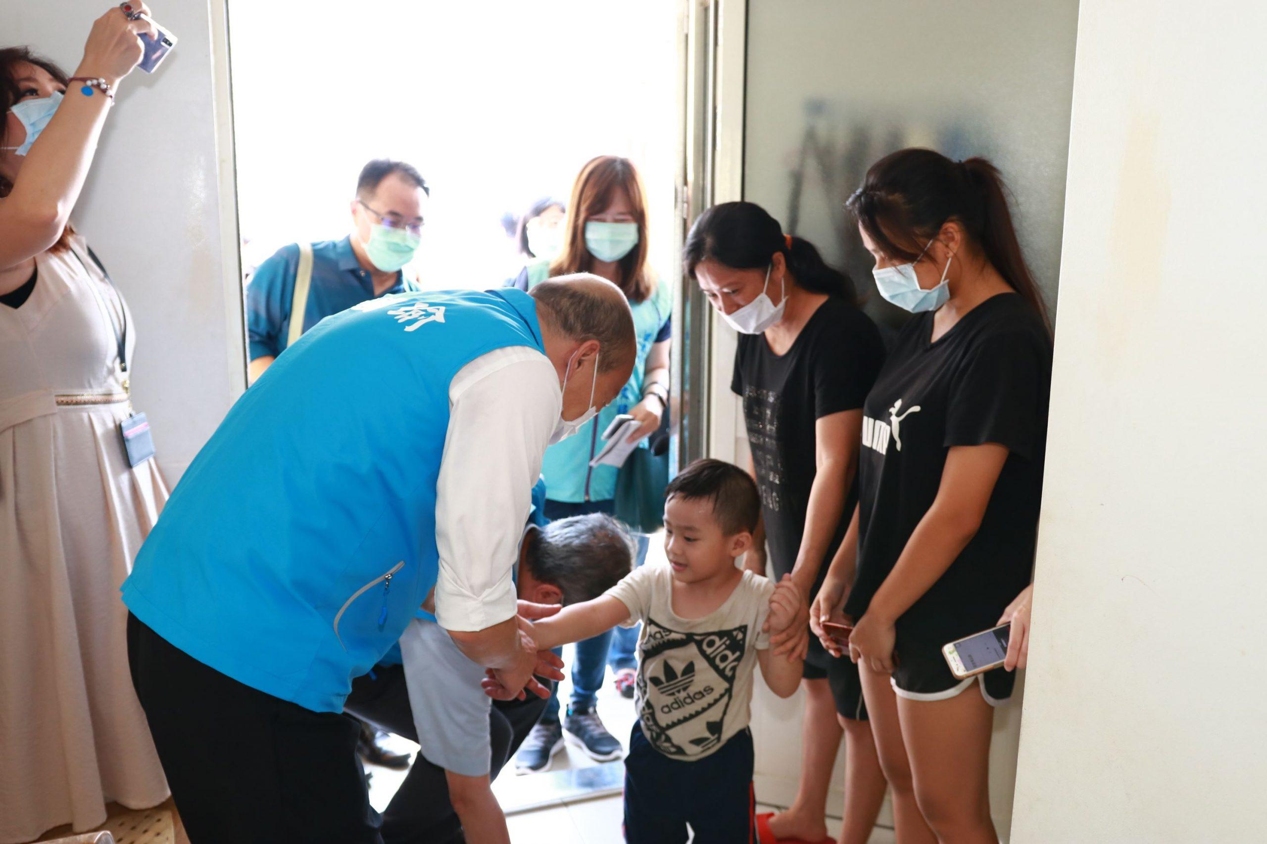 關懷弱勢 韓國瑜親贈防疫暖心包。(特派員林惠貞翻攝)