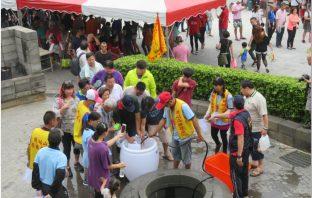 民眾熱烈參與取午時水活動。(記者陳信宏翻攝)