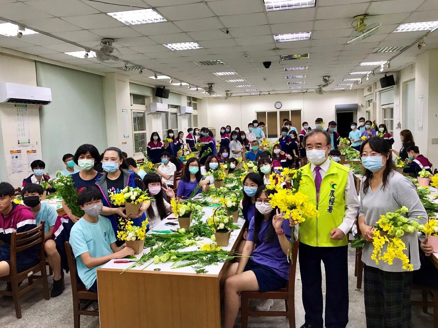臺北市華江高中師生參與校園花育課程。(記者張光雄翻攝)