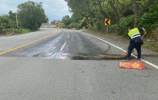 車禍現場油漬 警迅速清除恢復交通順暢。(記者蘇杉郎翻攝)