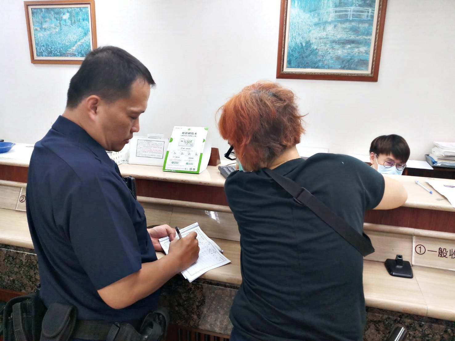「大姐別衝動」只因網友說急需用錢 女突至銀行要領60萬 警方及時攔阻。(特派員林惠貞翻攝)