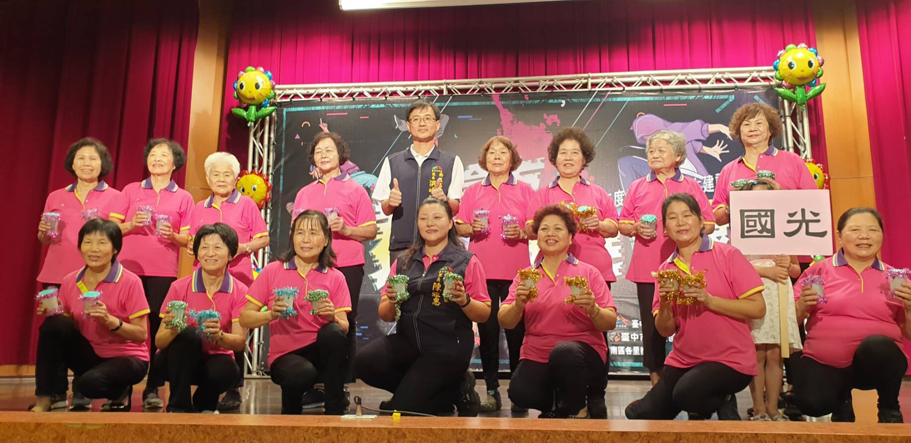 南區公所防疫新生活運動 91歲阿嬤熱情參與舞蹈表演。(記者林志強翻攝)