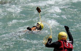 夏日戲水遠離危險水域南投縣消防局強化急流救援訓練 。(記者張光雄翻攝)