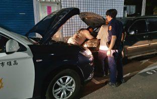 汽車大燈未關發不動 熱心警供電助脫困。(記者劉明吉翻攝)