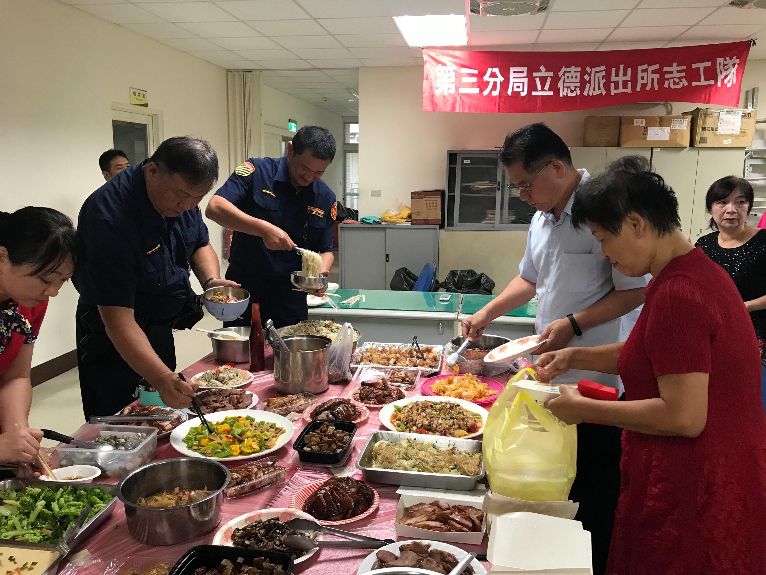 臺中治安進步有目共睹 志工媽媽上菜溫暖員警的胃。(記者白信東翻攝)
