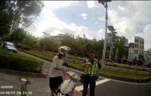 警員謝昱指引民眾路線。(記者劉明吉翻攝)