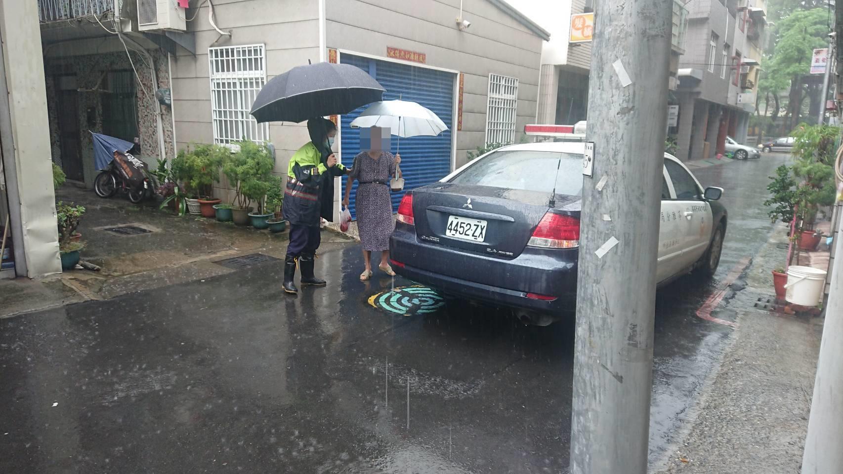 警方細心協助老婦返家。(特派員林惠貞翻攝)