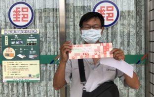 身障者領取三倍券 中市社會局主動協助。(記者白信東翻攝)