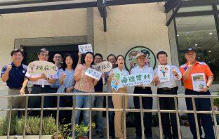 農委會陳副主委添壽率水土保持局團隊訪視新竹新城風糖合影。(記者張光雄翻攝)