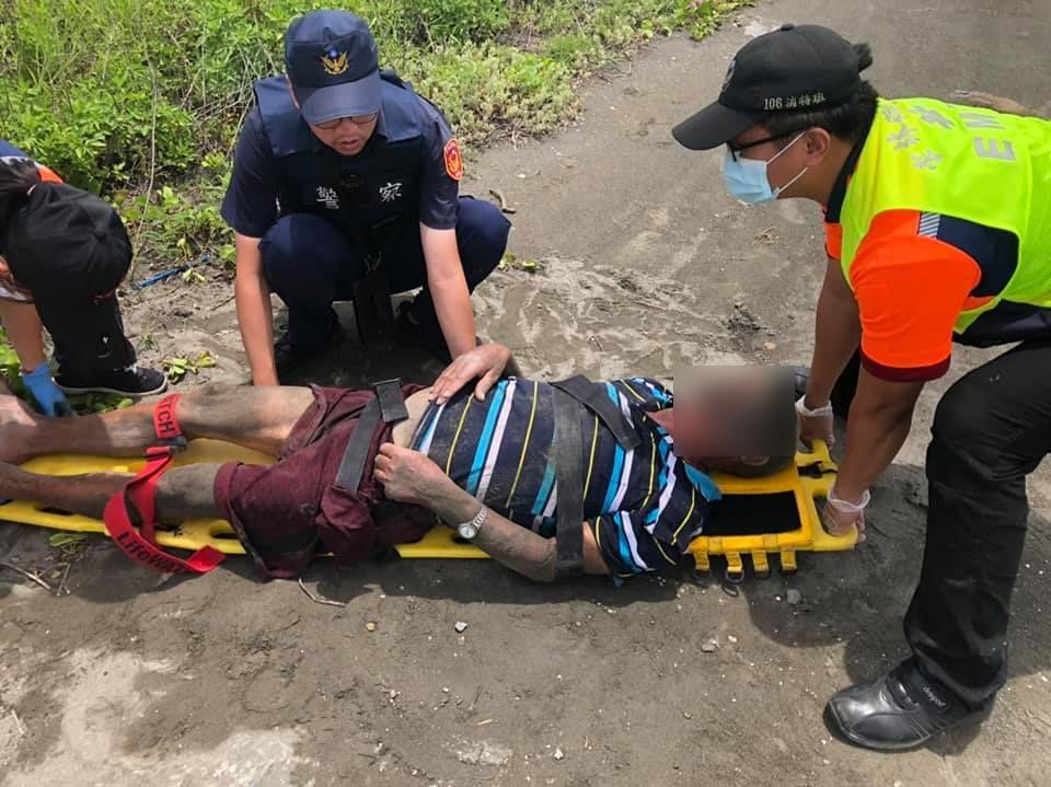 迷途老翁跌落草堆 警察消防馳援救回一命。(記者蘇杉郎翻攝)