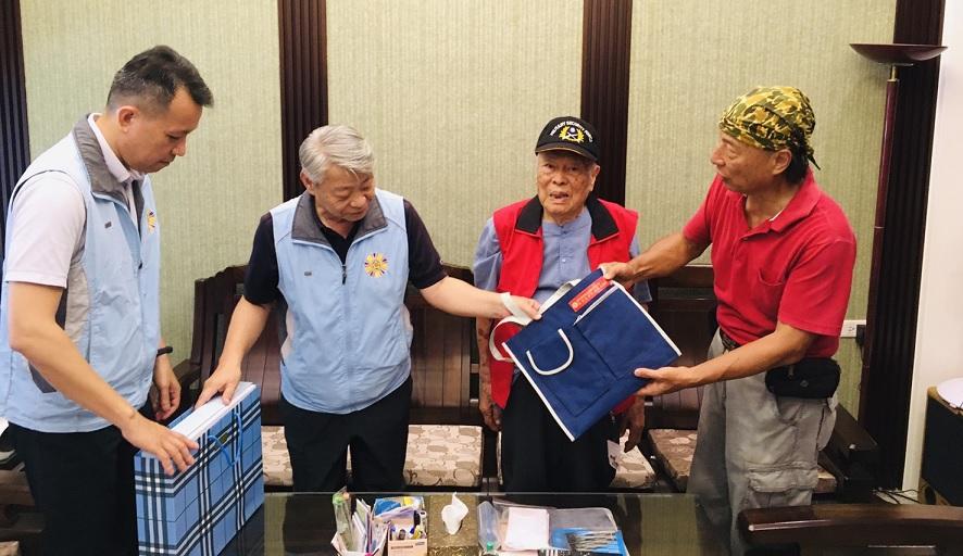 邵更新處長(左2)致贈抗戰英雄張法卿(右2)精美禮品。(記者蘇杉郎翻攝)