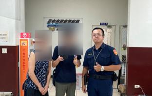 日籍工程師前來派出所領回遺失皮夾,開心與員警合照。(記者林俊維翻攝)