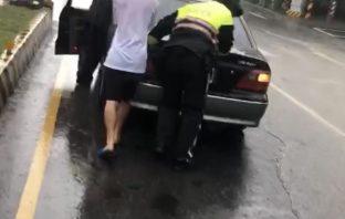 豪雨淹水動彈不得 暖警冒雨推車畫面感人!。(記者張越安翻攝)