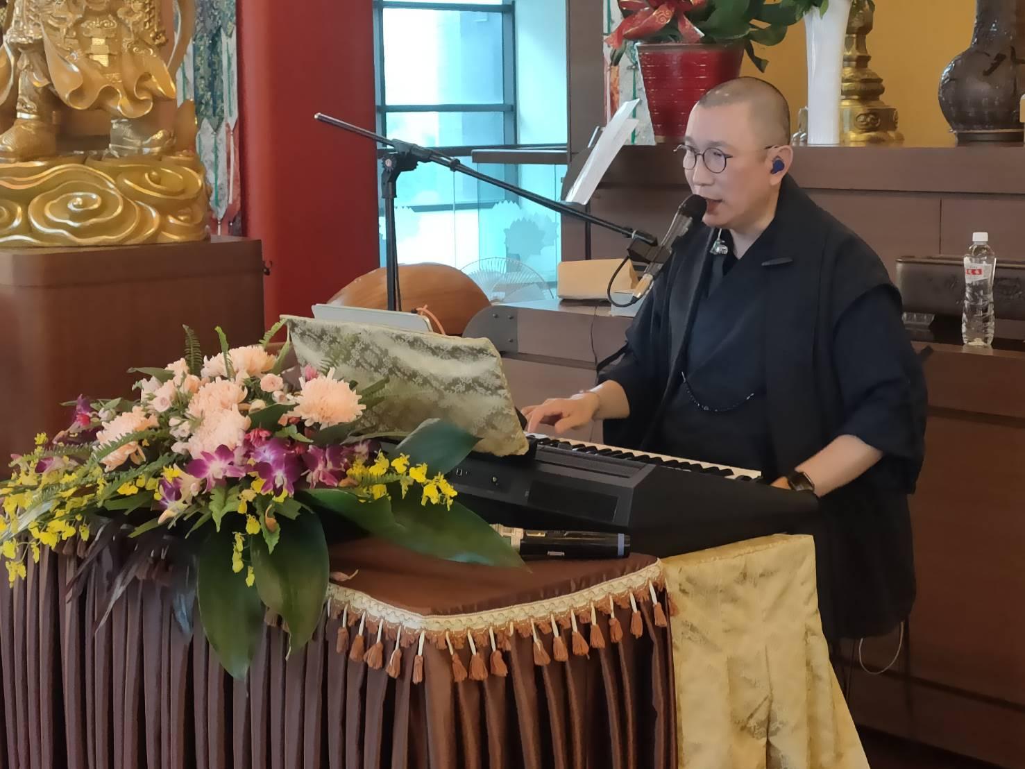 明海法師十方遍法界芸芸眾生,由佛禪美妙音律歌聲的傳頌,將歌聲旋律融入生活,在傳唱過程中所帶來的法喜自在。