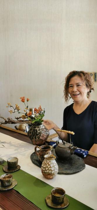 花藝老師楊秀薇和她的花藝作品。(葉志雲攝)