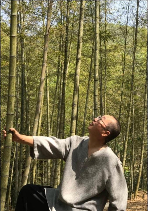 陳正隆入竹林細觀生態。