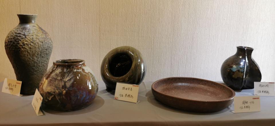 陶藝家黃讚森展出的陶作。(葉志雲攝)